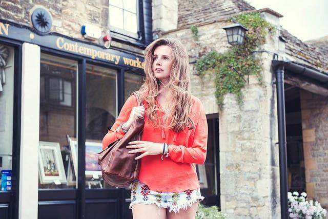 Une jeune femme habillée de façon décontractée.