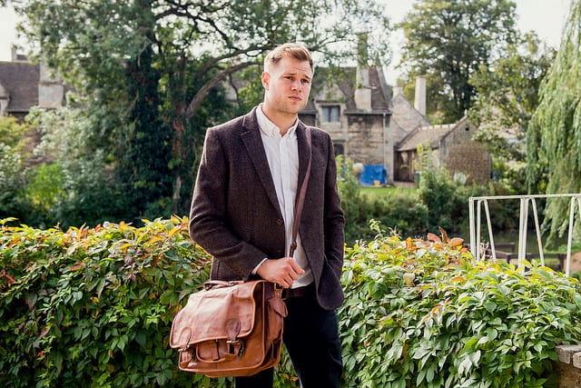Jeune homme habillé pour le travail de bureau, en chemise et veste.
