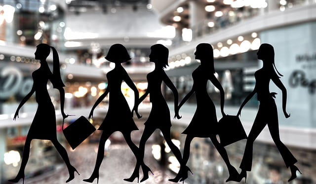 Silhouettes de femmes en train de faire du shopping.