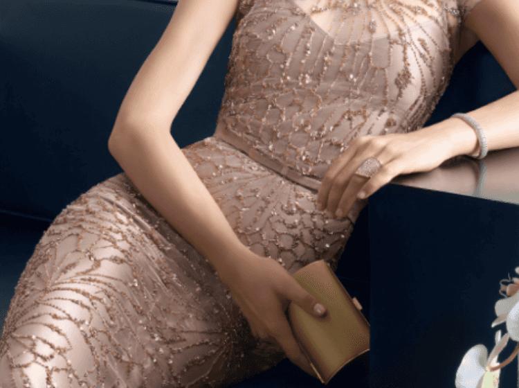 Femme en robe de cocktail.