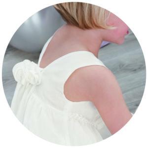 enfant de dos en robe blanche