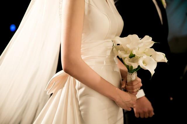 Un couple en tain de se marier, habillé d'une robe de mariage et d'un smoking.