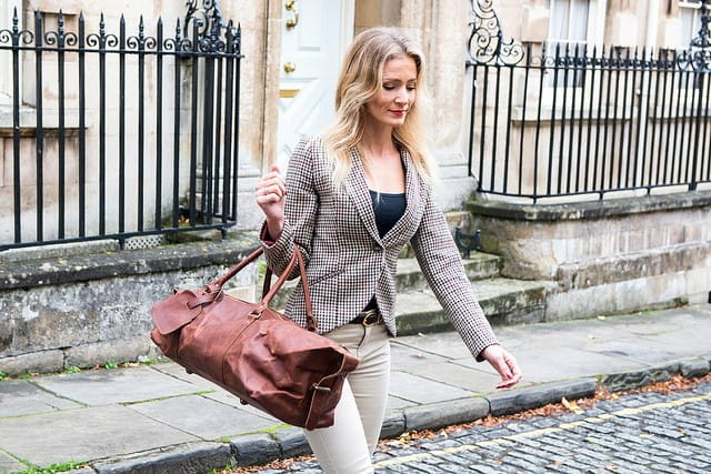 Jeune femme habillée pour le travail.