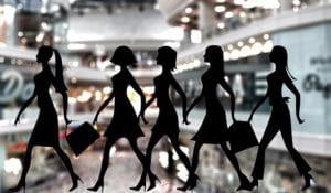 Silhouettes de femmes en train de faire du shopping.