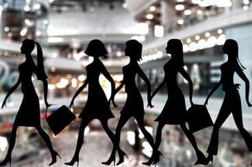 Silhouettes de femme dans un centre commercial.