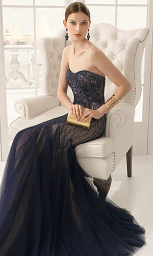 Femme en robe de soirée longue.
