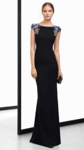 Femme en robe de soirée noire.